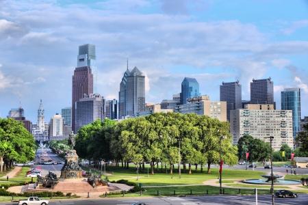 Philadelphia, Pennsylvania in den Vereinigten Staaten. Skyline der Stadt mit Benjamin Franklin Parkway.