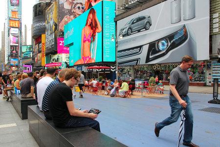 new york time: NUEVA YORK - 03 de julio: La gente visita Times Square el 03 de julio 2013 en Nueva York. Times Square es uno de los monumentos m�s reconocidos en el mundo. M�s de 300.000 personas pasan por Times Square diaria.