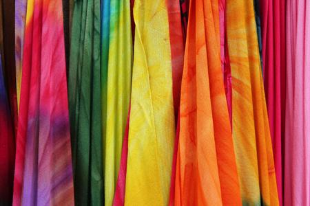 sciarpe: Sciarpe colorate in un mercato in Grecia. I colori dei tessuti.
