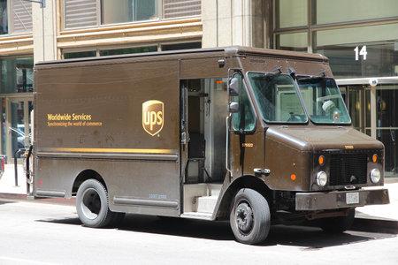 シカゴ - 6 月 27 日: UPS ドライバー提供パッケージ 2013 年 6 月 27 日シカゴで。UPS は 397,100 従業員と USD 541 億売り上げ高 (2012) 世界最大のパッケージ配信会社の一つです。 写真素材 - 23788095