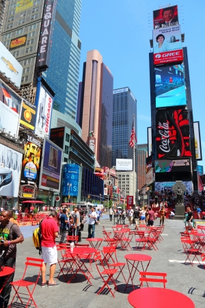 new york times square: NUEVA YORK - 07 de julio: La gente visita Times Square el 7 de julio de 2013, de Nueva York. Times Square es uno de los monumentos m�s reconocidos en el mundo. M�s de 300.000 personas pasan por Times Square diaria.