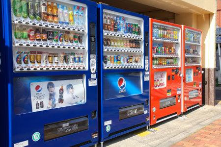 TOKYO - 12. April: Mehrere Automaten am 12. April 2012 in Ueno-Park, Tokio. Japan ist berühmt für seine Automaten, mit mehr als 5,5 Millionen Maschinen bundesweit.