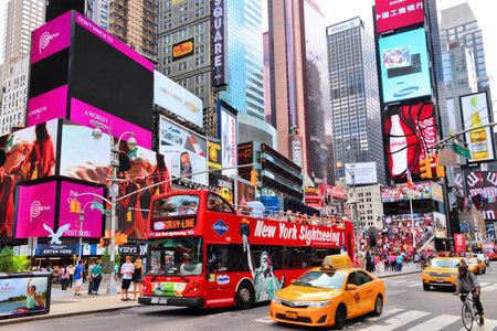 NEW YORK - 4. Juli: Taxis fahren auf Times Square am 4. Juli 2013 in New York. Times Square ist einer der bekanntesten Wahrzeichen der Welt. Mehr als 300.000 Menschen durch Times Square passieren täglich.