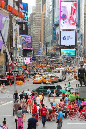 new york times square: NUEVA YORK, EE.UU. - 3 de julio de 2013: La gente visita Times Square en Nueva York. Times Square es uno de los monumentos m�s reconocidos en el mundo. M�s de 300.000 personas pasan por Times Square diaria.