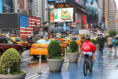 new york time: NUEVA YORK, EE.UU. - 10 de junio de 2013: La gente visita Times Square en Nueva York. Times Square es uno de los monumentos m�s reconocidos en el mundo. M�s de 300.000 personas pasan por Times Square diaria.