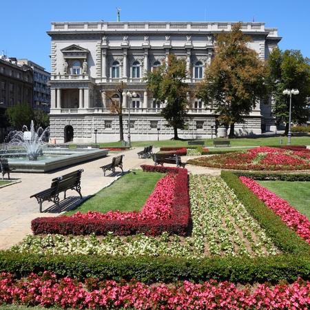 jardines flores: Belgrado, Serbia - famoso Palacio Viejo y jardines de flores en la ciudad. La sede del gobierno local de la actualidad - Asamblea de la Ciudad. Foto de archivo
