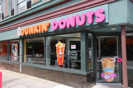 Providence, USA - 8. Juni 2013: Außenansicht des Dunkin Donuts-Shop in Providence. Das Unternehmen ist der größte Kaffee-und Backwaren-Franchise in der Welt, mit 15.000 Filialen in 37 Ländern. Standard-Bild - 26218143