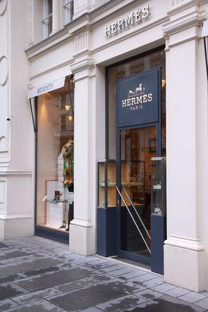 bn: VIENA, AUSTRIA - 5 de septiembre de 2011: tienda de Hermes en Viena. Hermes fue fundada en 1837 y 2,4 millones de euros en ingresos en 2010.