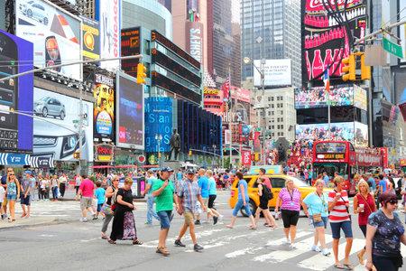 new york times square: NUEVA YORK, EE.UU. - 4 de julio de 2013: La gente visita Times Square en Nueva York. Times Square es uno de los monumentos m�s reconocidos en el mundo. M�s de 300.000 personas pasan por Times Square diaria.