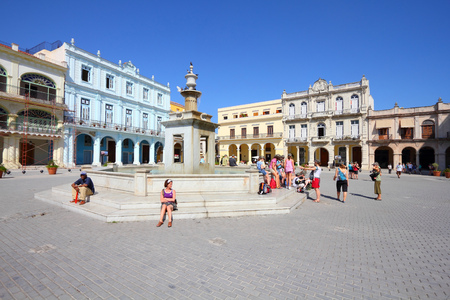 vieja: HAVANA, CUBA - FEBRUARY 27, 2011: People visit the Old Town Square (Plaza Vieja) in Havana, Cuba. Havana is the largest city in Cuba and its Old Town is a UNESCO World Heritage Site.