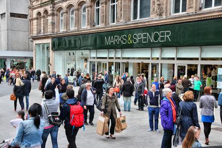 luxury goods: LIVERPOOL, Reino Unido - 20 de abril 2013 La gente visita Marks Spencerin Liverpool, Reino Unido MS es un importante minorista con 1.010 tiendas en 41 pa�ses se especializa en moda y art�culos de lujo Editorial