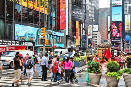 new york times square: NUEVA YORK, EE.UU. - 01 de julio 2013: La gente visita Times Square en Nueva York. Times Square es uno de los monumentos m�s reconocidos en el mundo. M�s de 300.000 personas pasan por Times Square diaria.