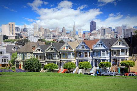 San Francisco, カリフォルニア州, アメリカ合衆国 - 有名な塗られた女性、アラモ ・ スクエア (西添加近所) でビクトリア朝の家で街のスカイライン