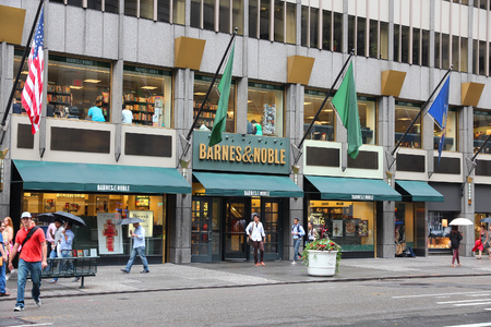 bn: NUEVA YORK, EE.UU. - 01 de julio 2013: La gente camina pasado Barnes and Noble sede librer�a en la 5 � Avenida de Nueva York. BN negocio librer�a se remonta a 1917. La compa��a emplea a 30.000 personas. Editorial