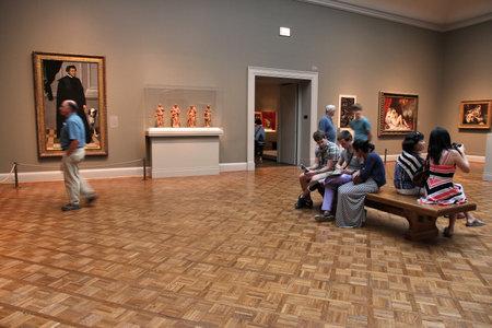 bewonderen: Chicago, Verenigde Staten - 28 juni 2013: Bezoekers bewonderen de kunst op beroemde Art Institute of Chicago. Het is de 2e grootste kunstmuseum in de VS met 1.000.000 vierkante meter aan ruimte. Redactioneel