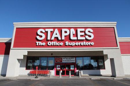 RIDGECREST, ÉTATS-UNIS - 13 avril 2014: Staples Bureau Superstore à Ridgecrest, Californie. La chaîne de magasins de fournitures de bureau a plus de 2200 magasins dans le monde dans 26 pays. Éditoriale