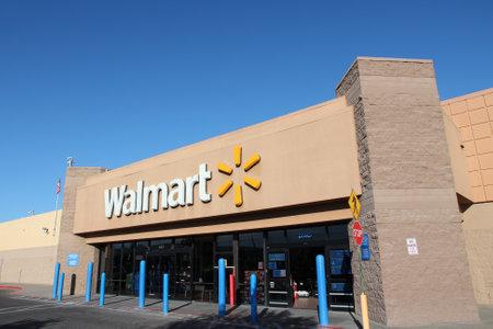 Ridgecrest, USA - 13. April 2014: Walmart Store in Ridgecrest, Kalifornien. Walmart ist ein Einzelhandelsunternehmen mit 8.970 Standorten und einem Umsatz von US $ 469.000.000.000 (GJ 2013). Standard-Bild - 28723849