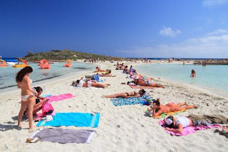 Nissi Beach, CYPRUS - 16 mei 2014: Mensen ontspannen in Nissi Beach in Cyprus. Toerisme maakt ongeveer 10 procent van Cyprus begroting met 2,4 miljoen jaarlijkse aankomsten (2011). Redactioneel