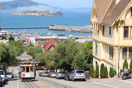 SAN FRANCISCO, de VS - 8 april 2014: Mensen rijden historische kabelbaan in San Francisco, USA. Beroemde SF trams operatie begon in 1878.