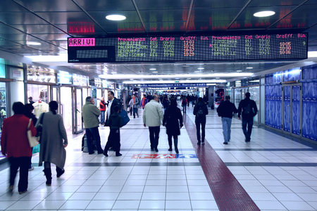 ROM, ITALIEN - 9. April 2012: Die Menschen beeilen am Bahnhof Termini in Rom. Sie existiert seit 1862 und ist einer der verkehrsreichsten Bahnhöfe 3 in Europa. Es dient 850 Züge täglich und etwa 150 Millionen Menschen jährlich.