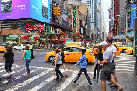 new york time: NUEVA YORK, EE.UU. - 01 de julio 2013: La gente visita Times Square en Nueva York. Times Square es uno de los monumentos m�s reconocidos en el mundo. M�s de 300.000 personas pasan por Times Square diaria.