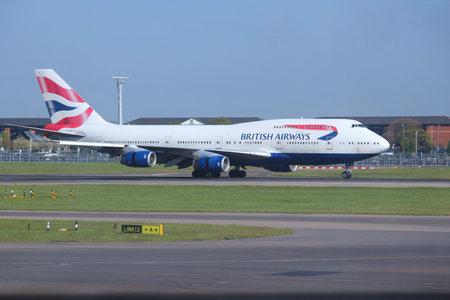 boeing 747: LONDON, UK - 16 aprile 2014: British Airways Boeing 747 dopo l'atterraggio all'aeroporto di Londra Heathrow. BA opera flotta di 283 aeromobili (il pi� grande nel Regno Unito) ed � il pi� grande operatore del 747 con 55 aeromobili (2014).