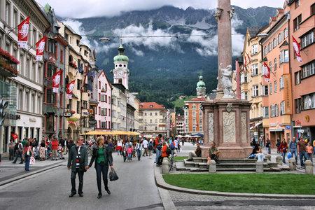 Innsbruck, Austria - 9 de agosto de 2008: La gente visita el casco antiguo de Innsbruck, Austria. Es la ciudad capital de la región de Tirol y la quinta ciudad más grande de Austria (122.458 personas en 2013). Foto de archivo - 29363387
