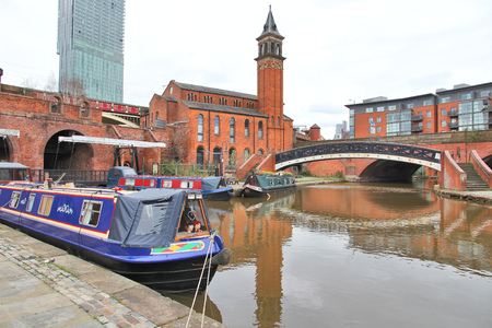 Manchester - city in North West England (UK). Castlefield district, waterway canal area with a narrowboat. 版權商用圖片