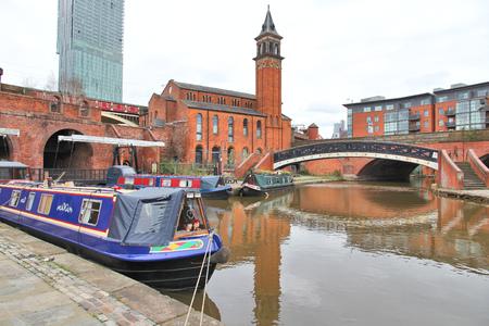 Manchester - stad in Noord-West Engeland (UK). District Castlefield, waterweg grachtengordel met een narrowboat.