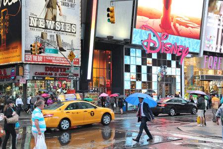 new york times square: NUEVA YORK, EE.UU. - 10 de junio de 2013: La gente visita Times Square en Nueva York. Times Square es uno de los monumentos m�s reconocidos en el mundo. M�s de 300.000 personas pasan por Times Square diaria.