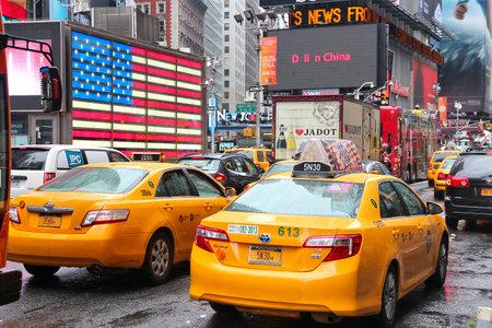 new york times square: NUEVA YORK, EE.UU. - 10 de junio de 2013: Los taxis en coche de Times Square, en Nueva York. Times Square es uno de los monumentos m�s reconocidos en el mundo. M�s de 300.000 personas pasan por Times Square diaria.