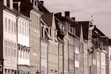 Kopenhagen, Denemarken - kleurrijke gebouwen van Nyhavn street. Oresund regio. Sepia - gefilterd monochrome foto. Stockfoto