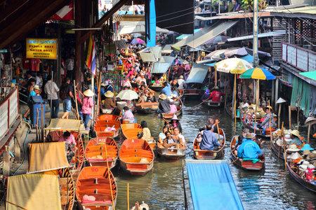 RATCHABURI, THAILAND - 24 december 2013: De mensen bezoeken Damnoen Saduak drijvende markt. Damnoen Saduak is de meest populaire drijvende markt in Thailand. Redactioneel