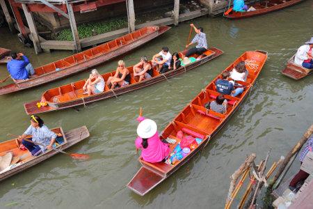 damnoen saduak: RATCHABURI, THAILAND - DECEMBER 24, 2013: People visit Damnoen Saduak floating market. Damnoen Saduak is the most popular floating market in Thailand. Editorial
