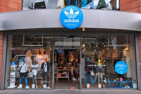 adidas: LIVERPOOL, Verenigd Koninkrijk - 20 april 2013: Adidas winkel in Liverpool, UK. Adidas bedrijf bestaat sinds 1924 en had EUR 14,5 miljard omzet in 2012.