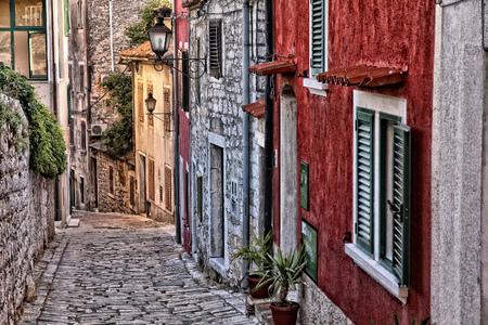 크로아티아 - Istria 반도에 Rovinj 오래 된 마을 자갈길 된 거리.