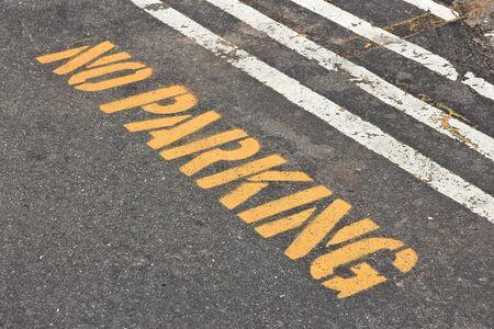 no parking: Aucun signe de stationnement pochoir peint sur chauss�e de la rue.