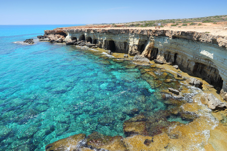 Cyprus - Middellandse Zee kust. Sea Caves in de buurt van Ayia Napa. Stockfoto