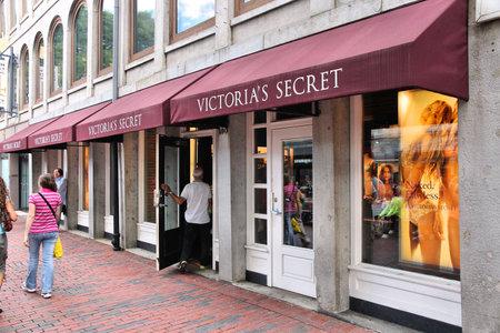bn: BOSTON, EE.UU. - 09 de junio 2013: La gente visita la tienda de Victoria Secret en Boston. Victoria Secret es el minorista de ropa interior m�s grande en los EE.UU. con 6,12 bn USD de ventas en 2012.