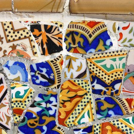 trencadis: Mosaico en el Parque G�ell de Antoni Gaud� - detalle de Barcelona. Art�stica textura de fondo de trencad�s. Plaza de la composici�n.