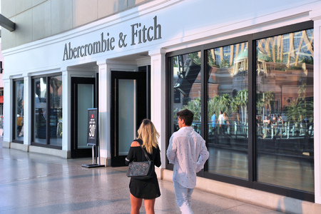 LAS VEGAS, USA - APRIL 14, 2014: People walk by Abercrombie and Fitch store in Las Vegas. Abercrombie and Fitch dates back to 1892 and had 1006 locations as of 2014. 新聞圖片