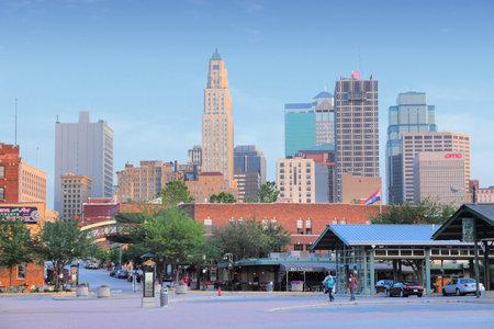캔자스 시티, 미국 -6 월 25, 2013 : 캔자스 시티, 미주리 시내에서 사람들이 걸어. 캔자스 시티는 미국에서 30 번째로 큰 대도시이며 인구는 2,393,623 명입니