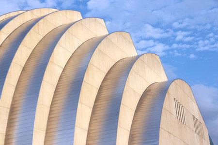 캔자스 시티, 미국 -6 월 25, 2013 : 캔자스 시티, 미주리에서 건물 공연 예술에 대 한 카우프만 센터. 유명한 건물은 2011 년에 완성되었으며 구조 표현주의