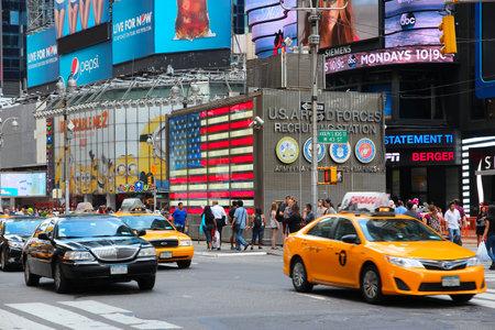 new york time: NUEVA YORK, EE.UU. - 02 de julio 2013: Los taxis en coche a lo largo de Times Square en Nueva York. Times Square es uno de los monumentos m�s reconocidos en el mundo. M�s de 300.000 personas pasan por Times Square diaria. Editorial