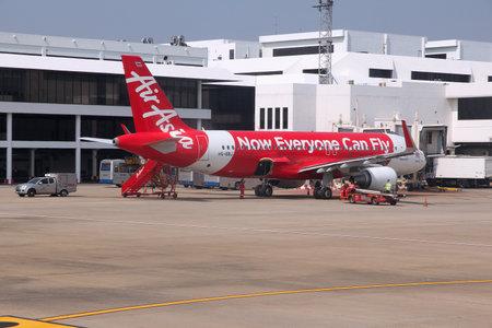 turbofan: BANGKOK, Tailandia - 21 de diciembre 2013: Los trabajadores manejar Air Asia Airbus A320 en Bangkok Don Mueang aeropuerto en Tailandia. Grupo Air Asia vuela 169 aviones a 121 destinos.