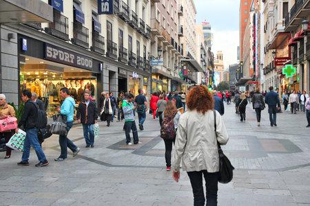 마드리드, 스페인 - 년 10 월 24 2012 : 사람들은 마드리드 시내 쇼핑. 마드리드는 390 만 추정 연간 방문자 (공식 데이터)와 인기있는 관광 목적지입니다. 에디토리얼