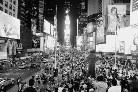 new york time: NUEVA YORK, EE.UU. - 01 de julio 2013: La gente camina en Times Square en Nueva York. Times Square es uno de los monumentos m�s reconocidos en el mundo. M�s de 300.000 personas pasan por Times Square diaria.