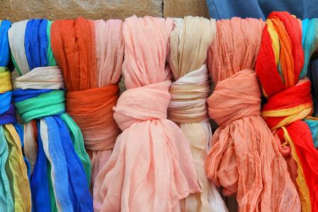 sciarpe: Sciarpe colorate in un mercato in Bulgaria. I colori dei tessuti. Archivio Fotografico
