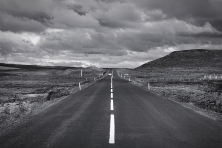 Camino recto en Islandia. Zona volcánica de Krafla. Punto de fuga. Blanco y negro tono - estilo de color monocromático retro.
