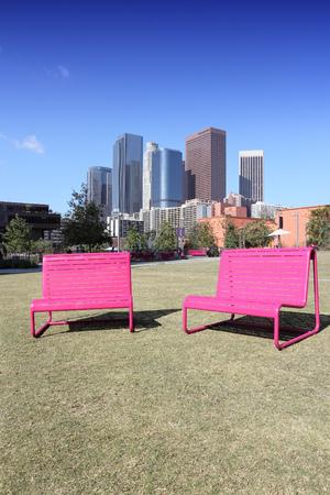 ロサンゼルス、カリフォルニア、アメリカ合衆国。ピンク公園の椅子とシティ スカイライン ビュー。 写真素材